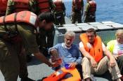 Un soldat israélien offre de la nourriture à l'équipage du Dignité - Al Karama