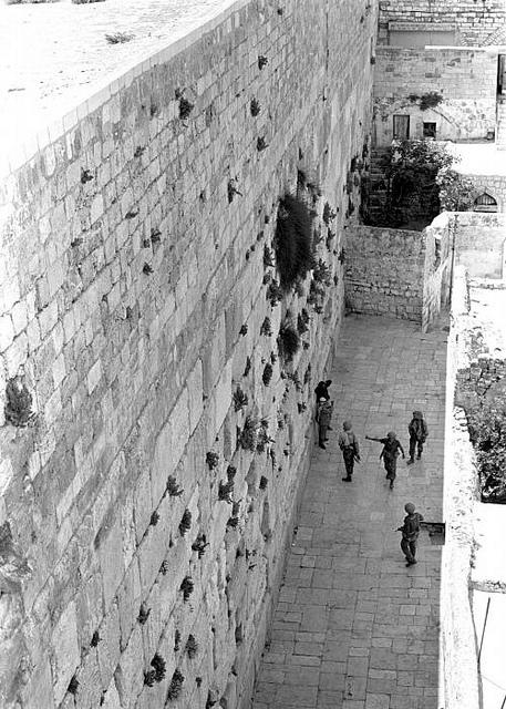 Des soldats au Mur des Lamentations, le jour de Kippour, le 6 octobre 1973.