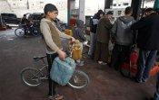 Les Gazaouis font la queue à la station essence, alors que le carburant manque