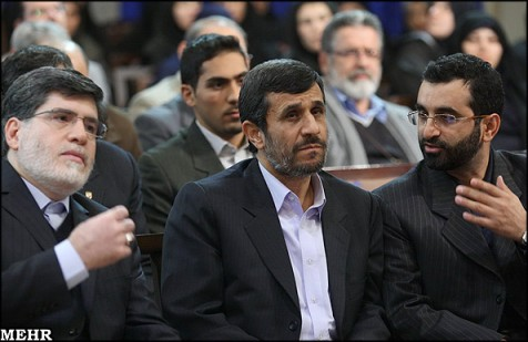 Le Président Ahmadinedjad entouré de deux proches conseillers Ali Akbar Javanfekr et Mohammed Jafar Behdad