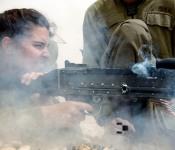 Soldate et commandante, au stand de tir