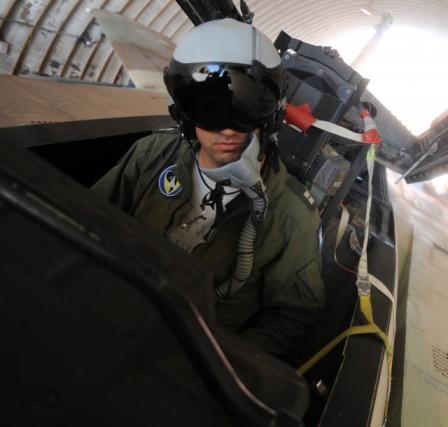 Un pilote de F15 avant le décollage.
