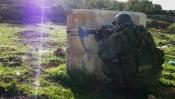 Un soldat s'entraîne sur la route 60