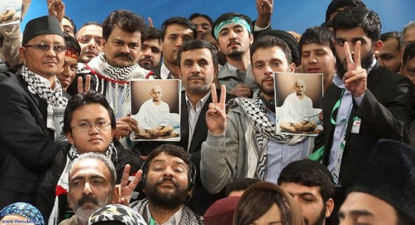 Le Président iranien Ahmadinejad et des participants asiatiques à la Marche mondiale sur Jérusalem. Source : CIF Watch