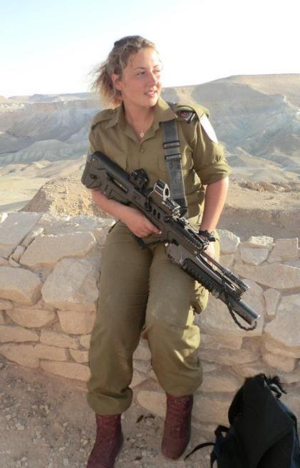 Sofia en uniforme dans le sud d'Israël