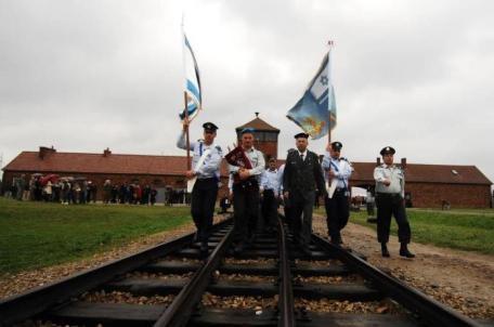 Des soldats de Tsahal à l'entrée du camp d'Auschwitz