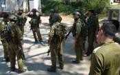 Des réservistes de Tsahal préparent leur stratégie avant un exercice sous le regard attentif de leurs officiers