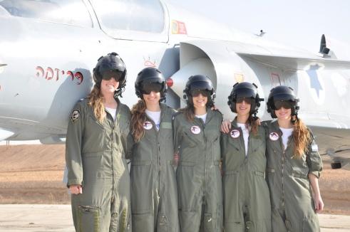 Cinq femmes diplômées de la 163ème session de formation à la fonction de pilote.