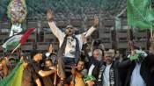 Des terroristes du Hamas célébrant leur libération