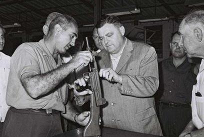 Uziel Gal montre son arme au ministre de la Défense Franz Josef Strauss en 1963