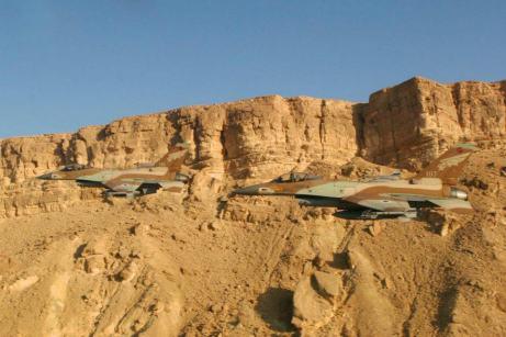 Des avions de Tsahal survolent le Negev.