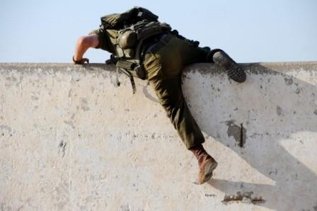 Un soldat escalade un obstacle.