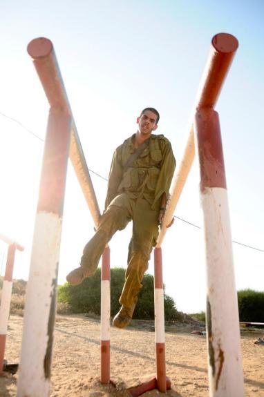 Un soldat de Tsahal lors d'une course d'obstacles.