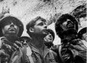Les soldats de la Brigade Parachutiste de Tsahal, Zion Karsenty, Yitzhak Yifat et Haïm Oshri, devant le Kotel
